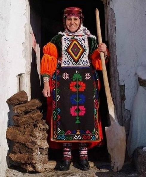 Turkish-folk-dress.jpg
